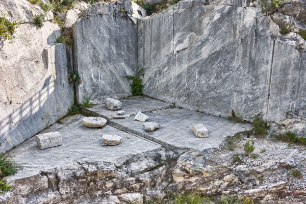 Marble blocks with short texts linked to the marble extraction activity