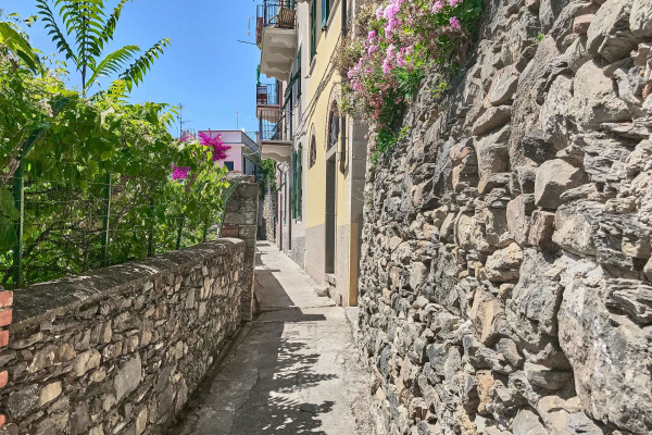 Hiking path through the local houses in Corniglia, Cinque Terre