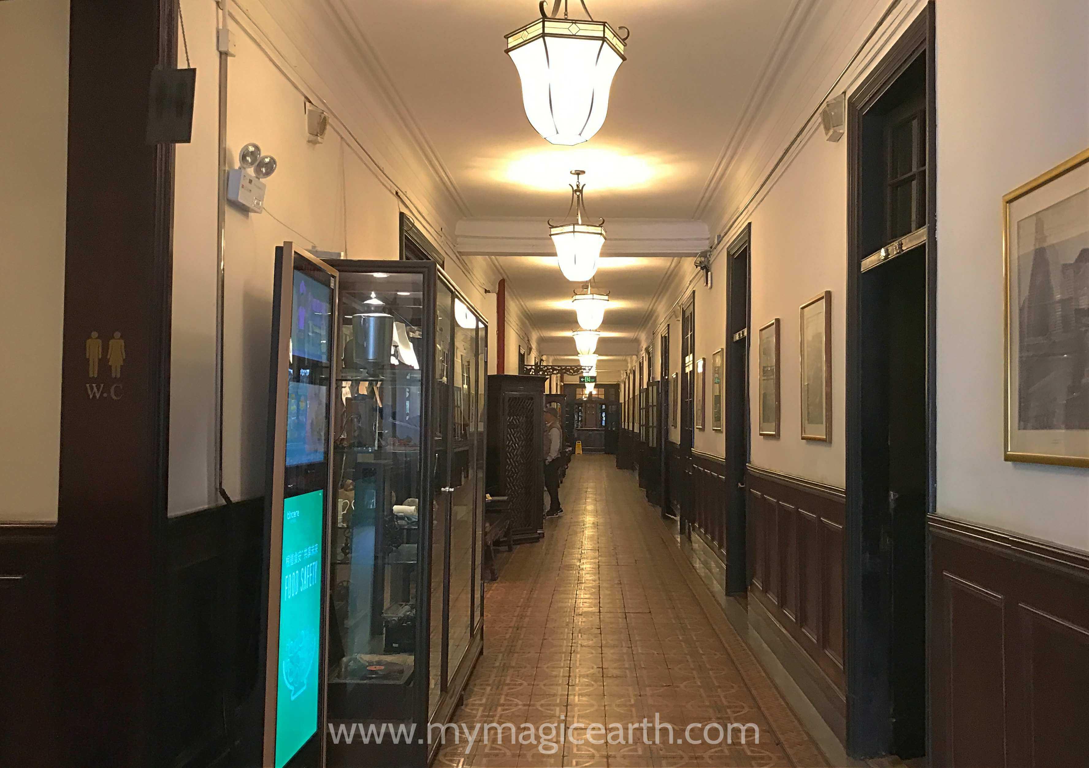 The long hall on the ground floor of the Old Shanghai Restaurant (老上海餐厅)