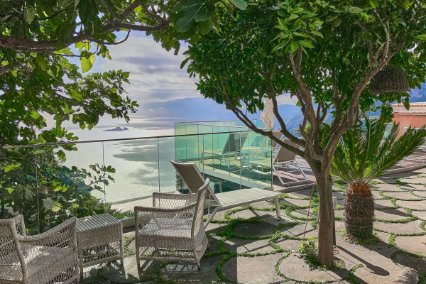 The most attractive villa we have discovered is a Villa Degli Dei Luxury House, which has 3 floors, 5 rooms, 1 kitchen, an infinity swimming pool, and a dominant landscape!