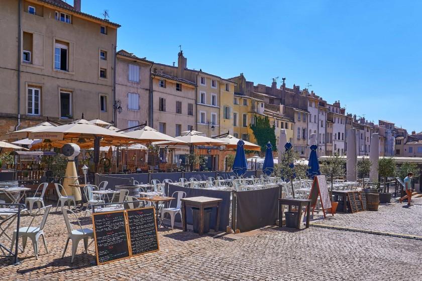 Place des Cardeurs, a unual square without plane tree