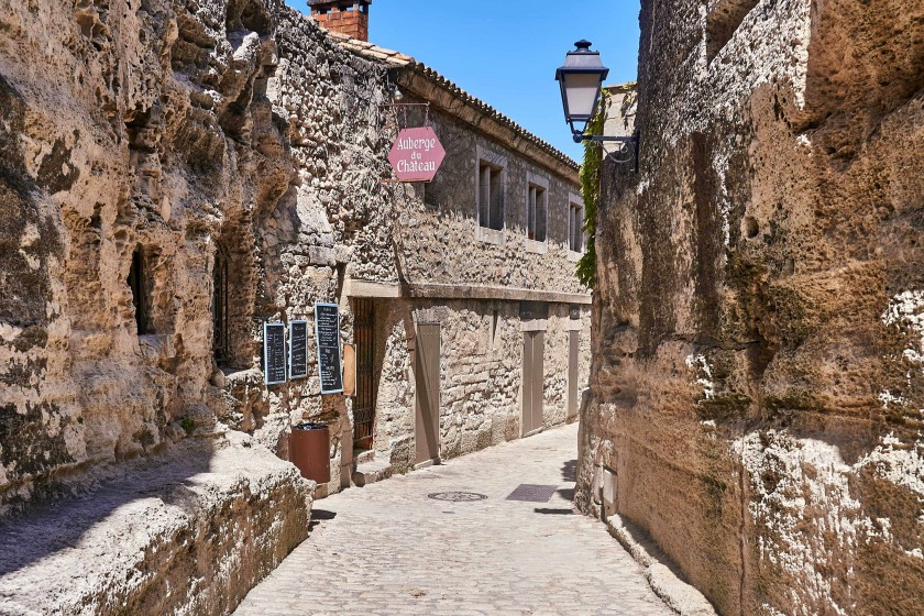 A narrow alley leads to unknow place; things to do in Les Baux de Provence