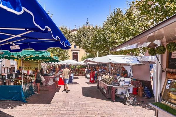 Street market in Bandol; Côte d'Azur Resort Bandol