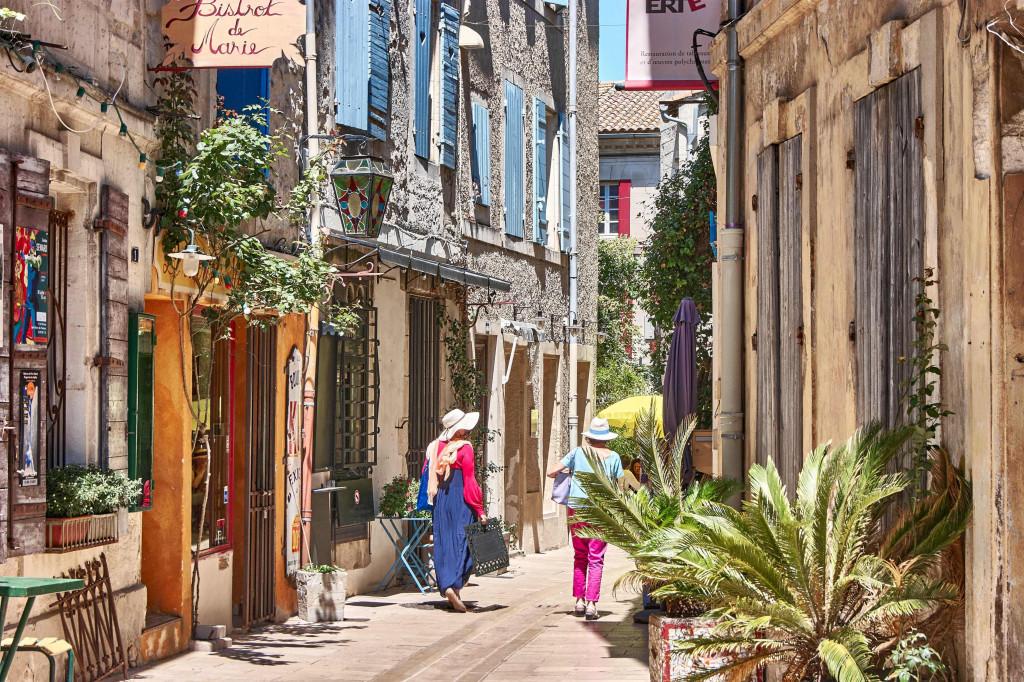 narrow alleyways in Provençal Villages;; Sanit Remy de Provence