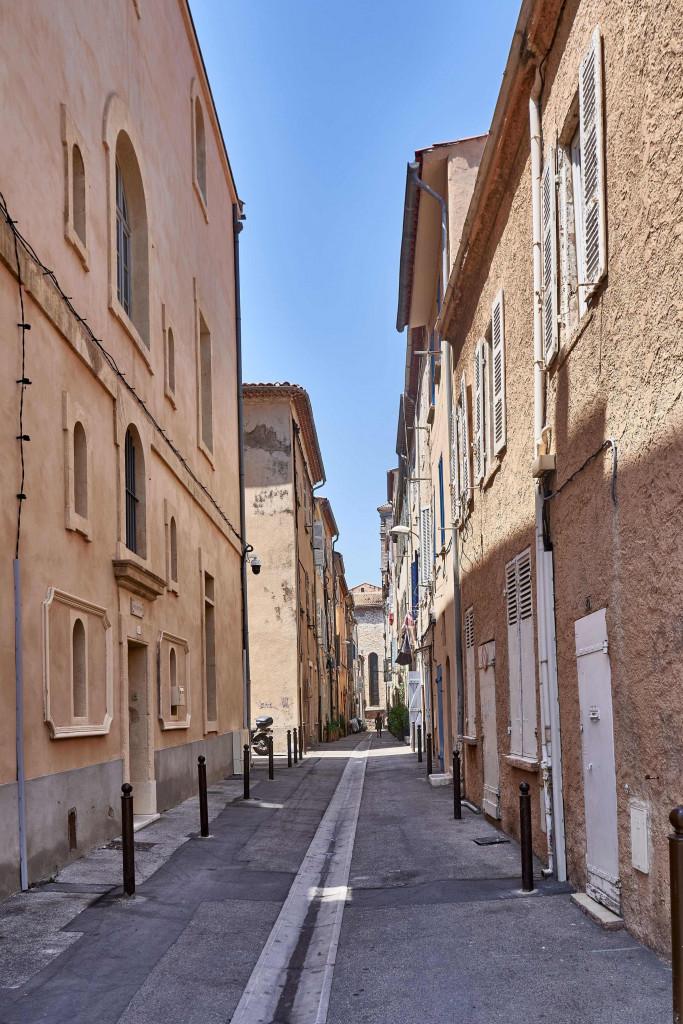 A simple narrow alleyway in La Ciotat